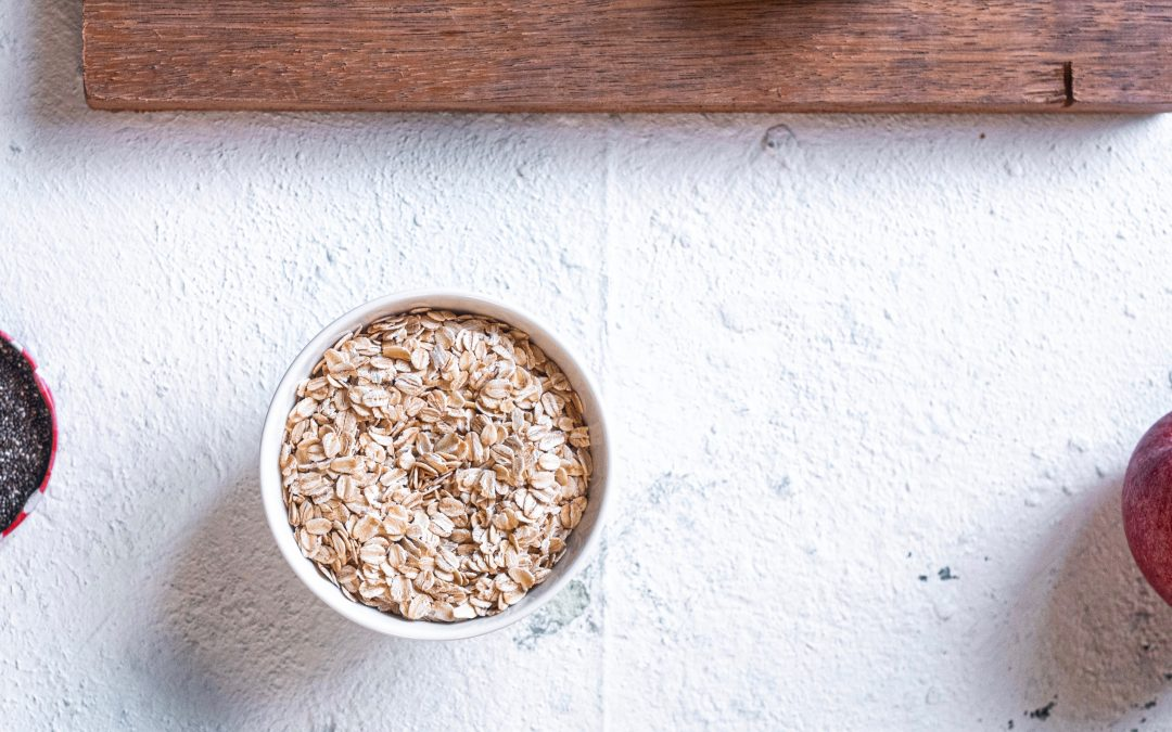 picture of flaxseed, rolled oats, and an apple